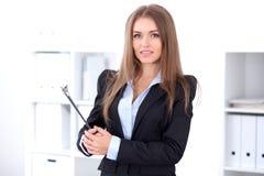 Donkerbruine bedrijfsvrouw in bureau Stock Foto