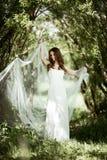 Donkerbruine bruid in kleding van het manier de witte huwelijk met make-up Royalty-vrije Stock Foto's