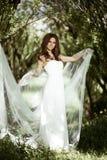 Donkerbruine bruid in kleding van het manier de witte huwelijk met make-up Stock Afbeeldingen