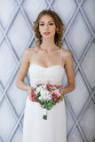 Donkerbruine bruid in kleding van het manier de witte huwelijk met make-up Stock Foto's