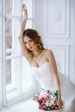 Donkerbruine bruid in kleding van het manier de witte huwelijk met make-up Royalty-vrije Stock Foto