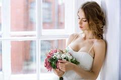 Donkerbruine bruid in kleding van het manier de witte huwelijk met make-up Royalty-vrije Stock Afbeeldingen