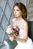 Donkerbruine bruid in kleding van het manier de witte huwelijk met make-up Stock Foto