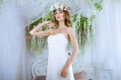 Donkerbruine bruid in kleding van het manier de witte huwelijk met make-up Stock Fotografie