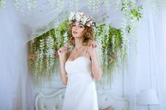 Donkerbruine bruid in kleding van het manier de witte huwelijk met make-up Stock Afbeelding