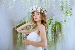 Donkerbruine bruid in kleding van het manier de witte huwelijk met make-up Royalty-vrije Stock Afbeelding