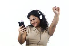 Donkerbruine die vrouw met vuisten het luisteren aan muziek worden opgeheven Royalty-vrije Stock Foto