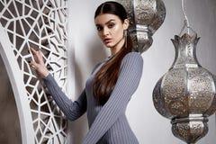 Donkerbruine het haarstijl Arabisch van de portret mooie sexy vrouw Stock Foto's