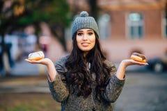 Donkerbruine holding donuts Royalty-vrije Stock Foto