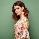 Donkerbruine jonge vrouw in de bloemenkleding van de de lentezomer royalty-vrije stock foto