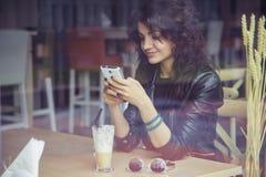 Donkerbruine mooie modieuze Kaukasische vrouw in toevallige uitrusting op a Royalty-vrije Stock Foto