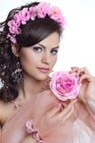 Donkerbruine mooie vrouw met bloemen Royalty-vrije Stock Afbeelding