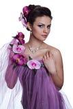 Donkerbruine mooie vrouw met bloemen Stock Fotografie