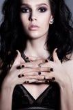 Donkerbruine mooie vrouw van het glamour de krullende kapsel Heldere make-up Royalty-vrije Stock Foto's