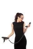 Donkerbruine onderneemster in de zwarte telefoon van de kledingsholding en tal Royalty-vrije Stock Afbeeldingen