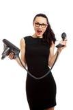 Donkerbruine onderneemster in de zwarte telefoon van de kledingsholding en tal Stock Foto