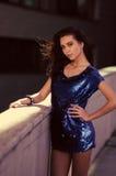 Donkerbruine, overweldigende vrouw in minikleding Stock Foto