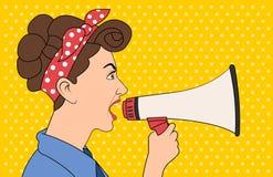 Donkerbruine retro vrouw die met megafoon schreeuwen Stock Afbeelding