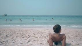 Donkerbruine rust op zandig strand op het zonnige achtereind van de de zomerdag stock video