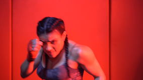 Donkerbruine sterke geschiktheidsvrouw bij de gymnastiek stock footage