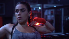 Donkerbruine sterke geschiktheidsvrouw bij de gymnastiek stock video