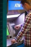 Donkerbruine student die contant geld terugtrekken Royalty-vrije Stock Afbeelding