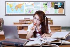 Donkerbruine student die op bureau in klasse bestuderen Royalty-vrije Stock Fotografie