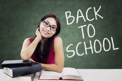 Donkerbruine student terug naar school Stock Afbeeldingen