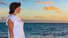Donkerbruine vrouw bij zonsopgang Stock Afbeeldingen