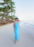 Donkerbruine vrouw bij zonsopgang Stock Fotografie