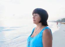 Donkerbruine vrouw bij zonsopgang Royalty-vrije Stock Foto