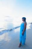 Donkerbruine vrouw bij zonsopgang Royalty-vrije Stock Afbeeldingen