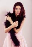 Donkerbruine vrouw in de heldere veer van de kledingsboa Royalty-vrije Stock Fotografie