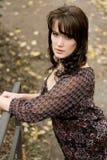 Donkerbruine vrouw in de herfst met blouse Royalty-vrije Stock Foto's