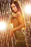 Donkerbruine vrouw in de nachtclub stock fotografie