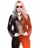 Donkerbruine vrouw in de toevallige kleren van de hipsterzomer Stock Fotografie