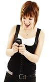 Donkerbruine vrouw die bij telefoon gilt Royalty-vrije Stock Fotografie