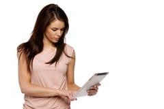 Donkerbruine vrouw die een computertablet gebruiken Royalty-vrije Stock Foto's