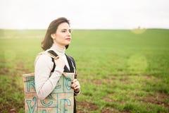 Donkerbruine vrouw die een eco vriendschappelijke zak op haar schouder dragen Royalty-vrije Stock Afbeelding