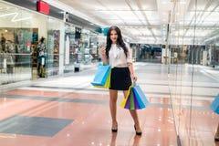 Donkerbruine vrouw die met dollarventilator het winkelen maken stock afbeeldingen