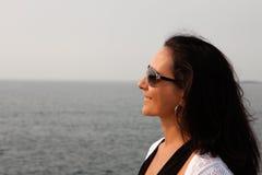 Donkerbruine vrouw die met zonnebril de horizon bekijken royalty-vrije stock fotografie