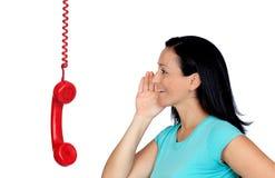 Donkerbruine vrouw die op telefoon spreken Stock Foto's
