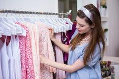 Donkerbruine vrouw die voor kleren winkelen royalty-vrije stock foto