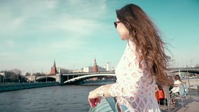 Donkerbruine vrouw die in witte kleding in Moskou het Kremlin bekijken stock video
