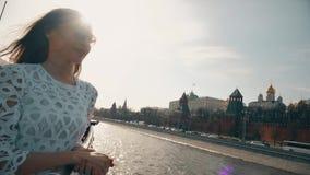 Donkerbruine vrouw die in witte kleding in Moskou het Kremlin bekijken stock videobeelden