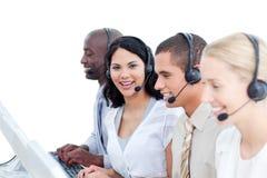 Donkerbruine vrouw en haar team in een call centre Royalty-vrije Stock Foto