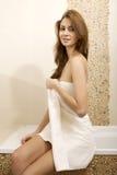 Donkerbruine vrouw in huisbadkamers royalty-vrije stock foto