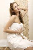 Donkerbruine vrouw in huisbadkamers stock foto