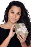 Donkerbruine vrouw met een gift Stock Afbeeldingen