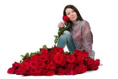 Donkerbruine vrouw met een groot boeket van rode rozen royalty-vrije stock foto's